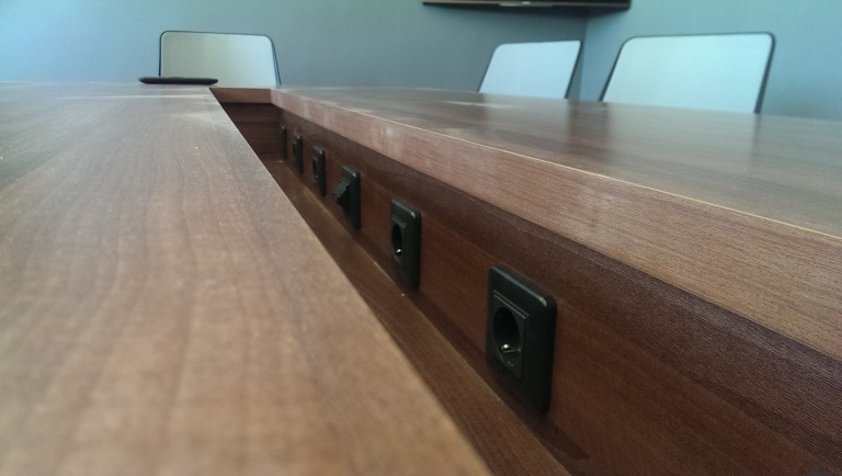 стол с интегрированными розетками
